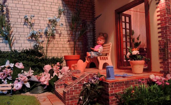 Puppenhaus aus Holz mit Terrasse, Garten, Beleuchtung und kindgerechten Puppen